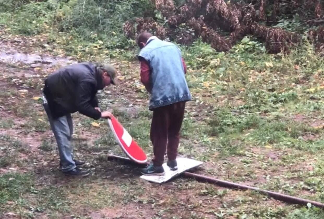 У центрі Житомира невідомі викрали дорожній знак. ВІДЕО
